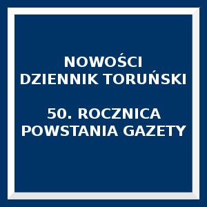 Niebieski kwadrat. Napis: Nowości dziennik Toruński 50 rocznica powstania gazety