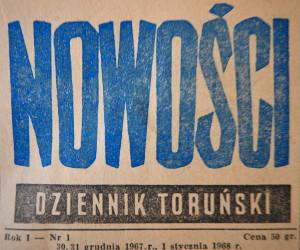 Winieta pierwszego numeru Nowości. Napis Nowości wielkimi niebieskimi literami. Niżej Dziennik Toruński Rok I nr 1 Cena 30 gr 30, 31 grudnia 1967 r. - 1 stycznia 1968 r.