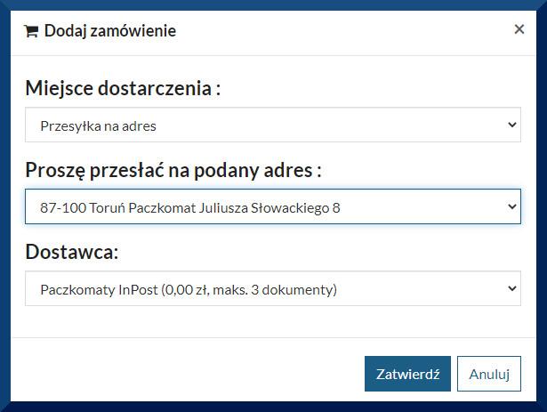 """Ponownie widać okienko pojawiające się po naciśnięciu klawisza """"Wypożyczam"""". Okienko """"Dodaj zamówienie"""". Widać pola do wypełnienia: """"Miejsce dostarczenia"""" (przesyłka na adres), """"Proszę przesłać na podany adres (87-100 Toruń Paczkomat Juliusza Słowackiego 8), Dostawca (Paczkomaty InPost (0,00 zł, maks. 3 dokumenty). Poniżej klawisze Zatwierdź lub Anuluj"""