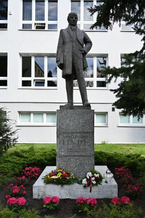 Samuel Bogumił Linde – pomnik z 1976 roku, autor Witold Marciniak, stoi przed gmachem Książnicy Kopernikańskiej w Toruniu